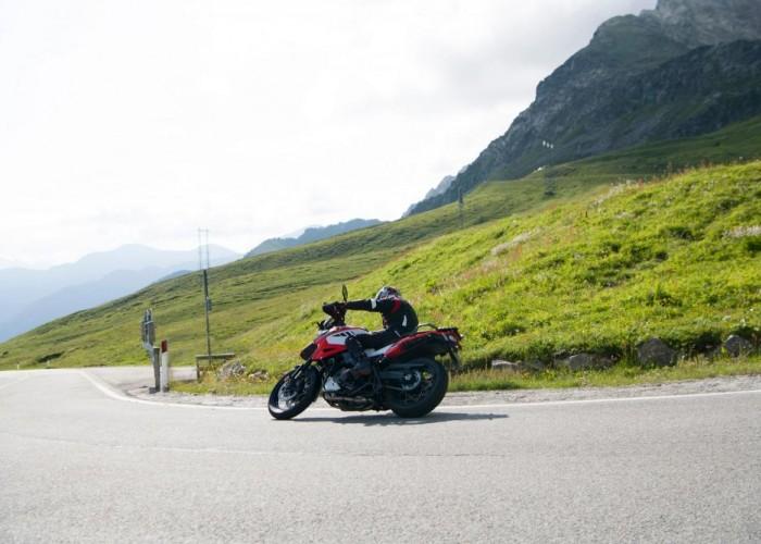 2020 Suzuki V Strom 1050 prawy zakret zlozenie