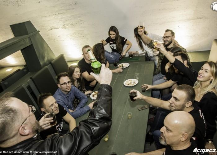 Ekipa Motul Tour przy biesiadnym stole