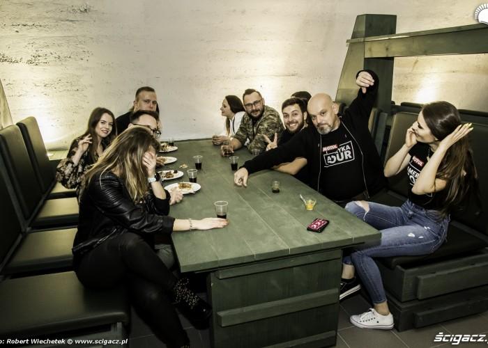 Ekipa Motul Tour przy stole