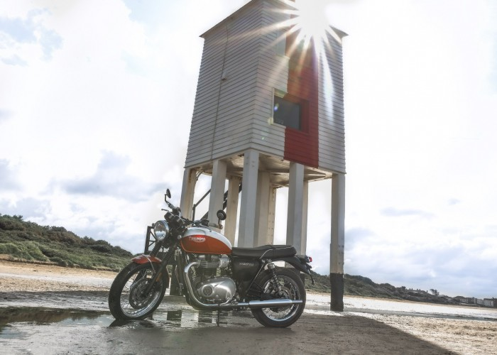 Triumph Bonneville Bud Ekins budynek slonce