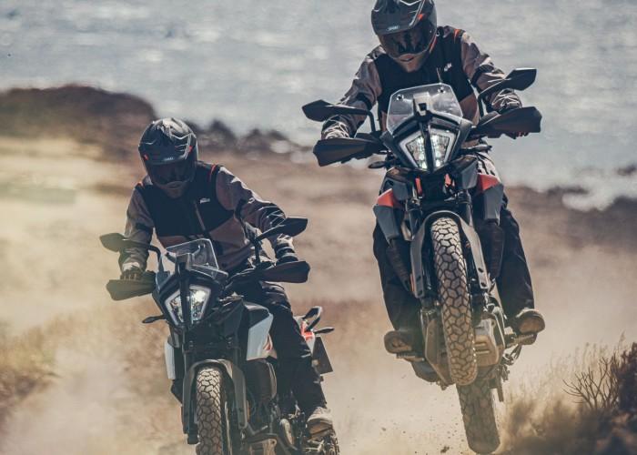 KTM 390 Adventure 2020 dwa motocykle off morze