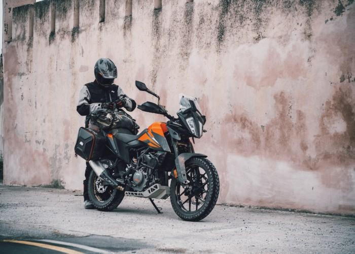 KTM 390 Adventure 2020 kierowca przy murze