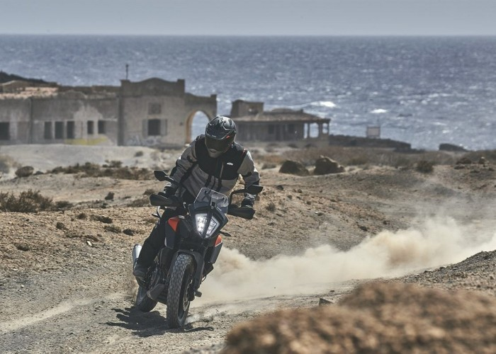 KTM 390 Adventure 2020 off jazda bokiem morze