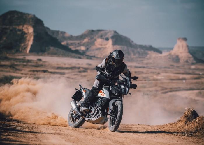 KTM 390 Adventure 2020 off jazda bokiem prawy przod