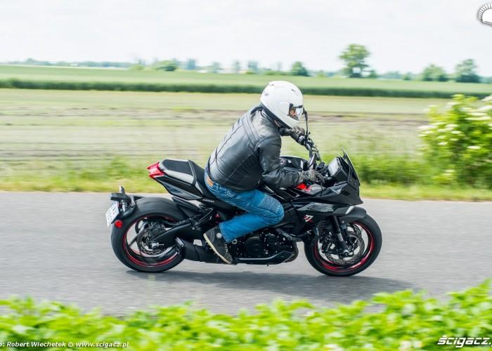 Suzuki Katana 2020 prawy bok raff zakret