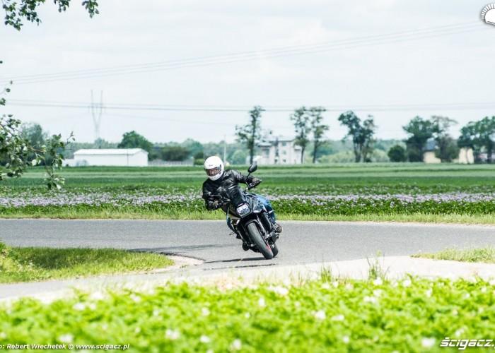 Suzuki Katana 2020 zakret przod