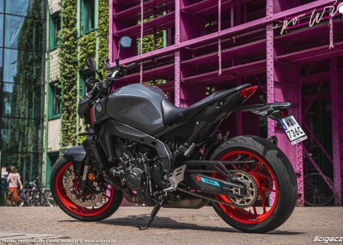15 2021 Yamaha MT 09 z boku
