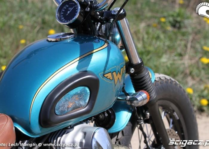 23 Kawasaki W 650 Flying Duxe custom bobber z bliska