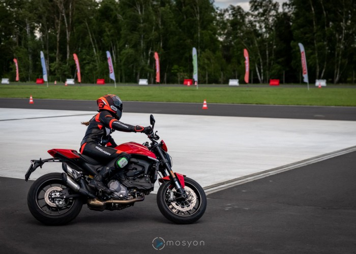 03 Testy prasowe Ducati Monster 2021