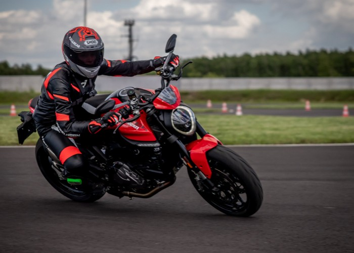 17 Testy prasowe Ducati Monster 2021