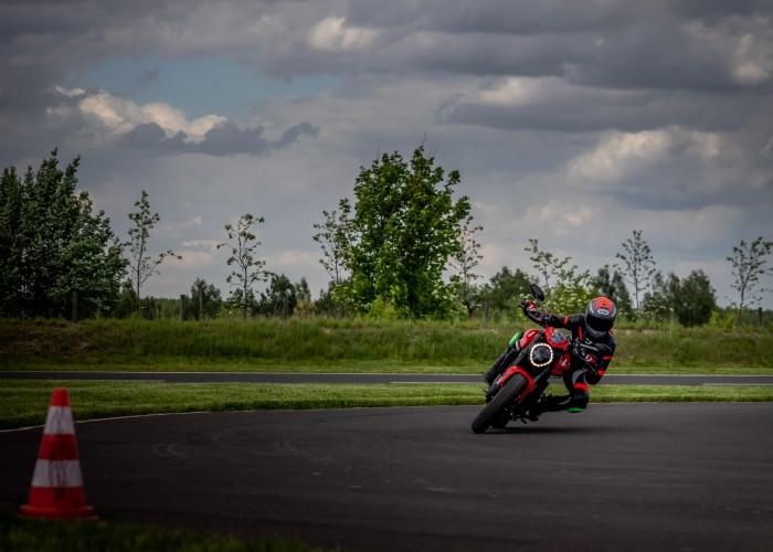 19 Testy prasowe Ducati Monster 2021
