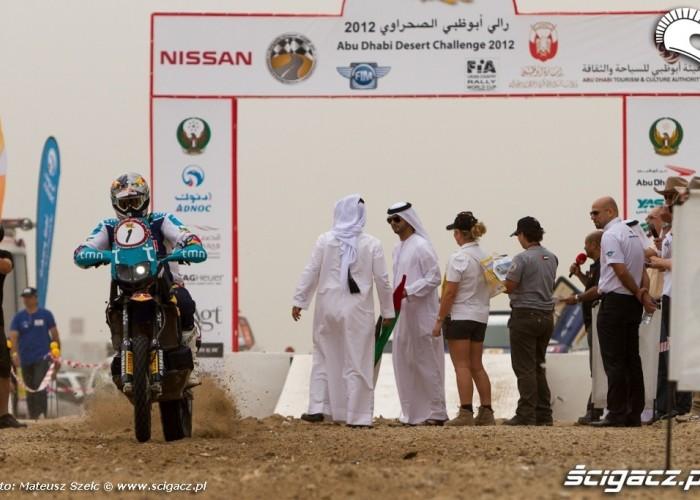 Start motocykla Abu Dhabi Desert Challenge 2012
