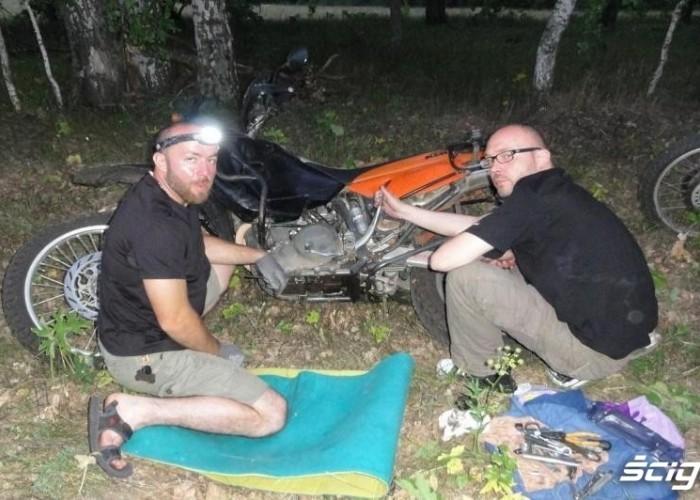 obozowisko i naprawa moto Slawka droga do magadanu