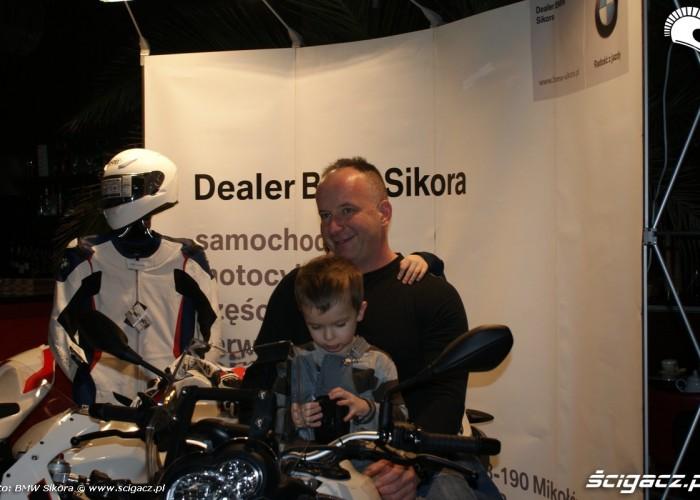 z dzieciakiem na motocyklu