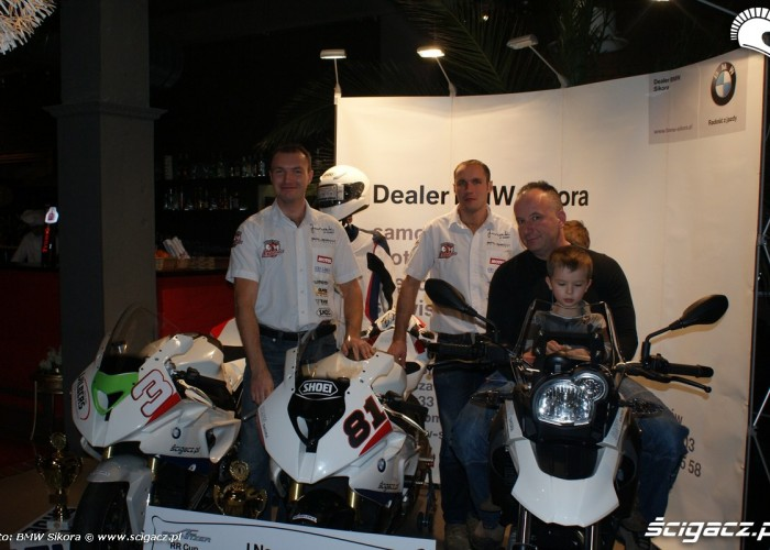 zawodnicy przy motocyklach