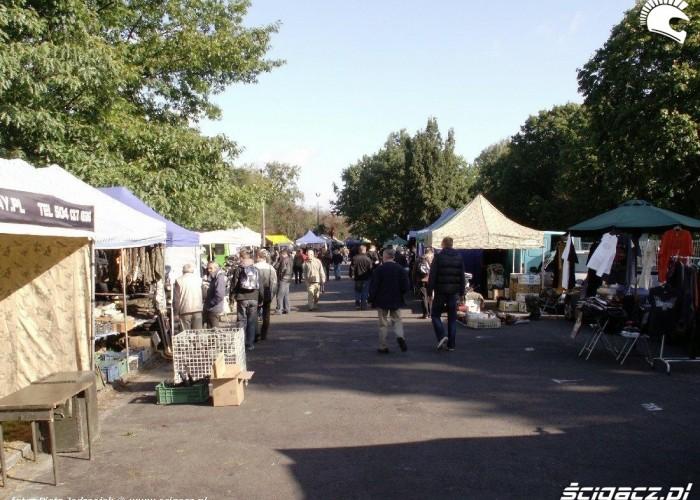 uliczka jeszcze pusta Motobazar w Warszawie 18-19 wrzesnia