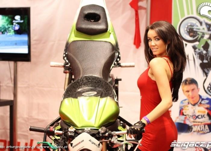 kobieta przy motocyklu III Ogolnopolska wystawa Motocykli i Skuterow