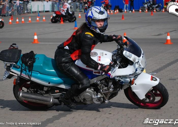 Aleksandra Frost jazda motocyklem