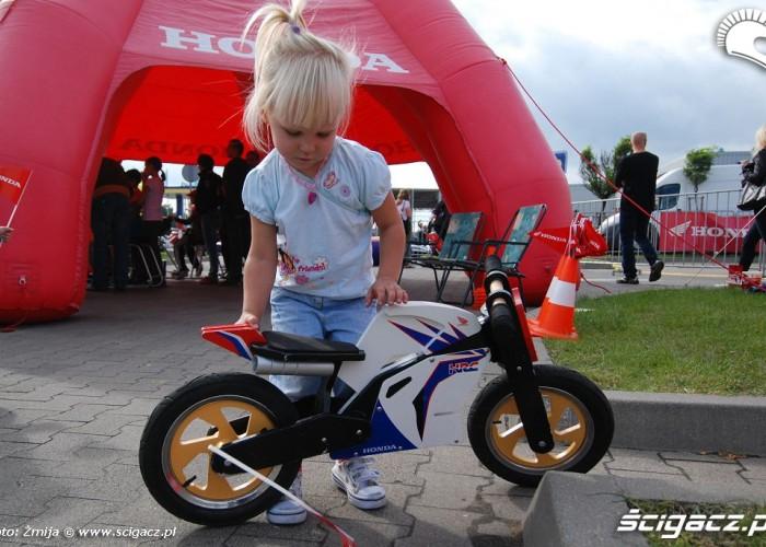 Dziewczynka z rowerkiem Hondy