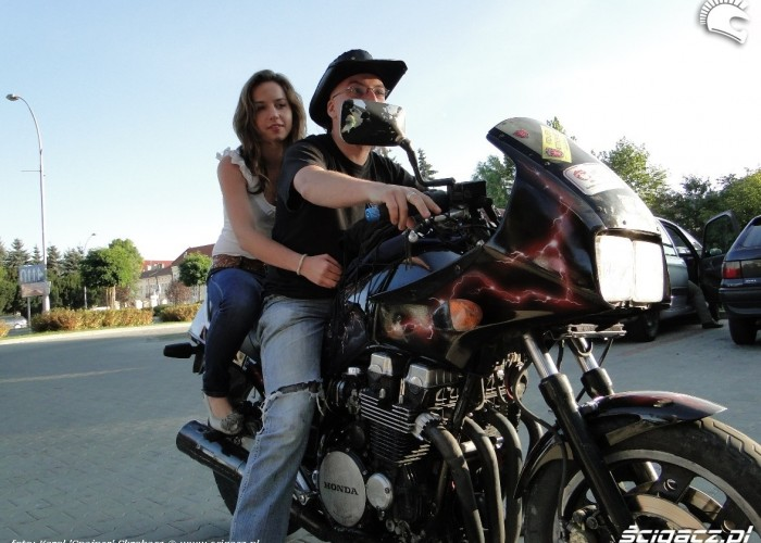 dziewczyna na motocyklu