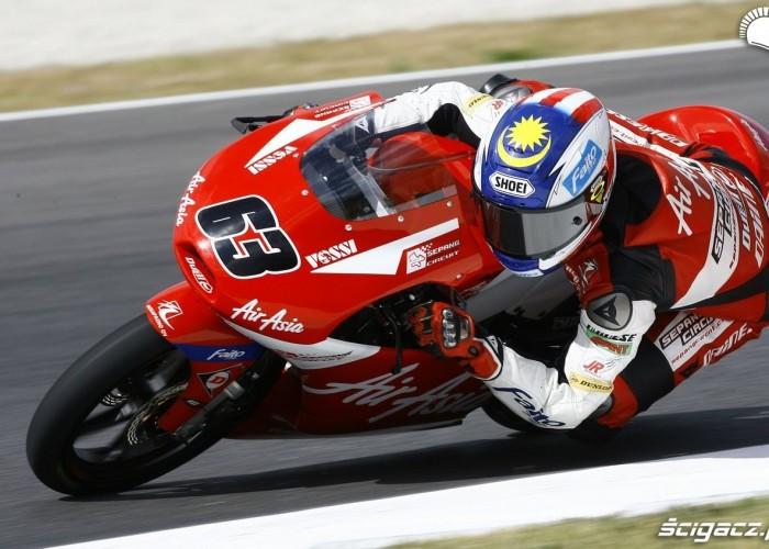 czerwony motocykl air asia
