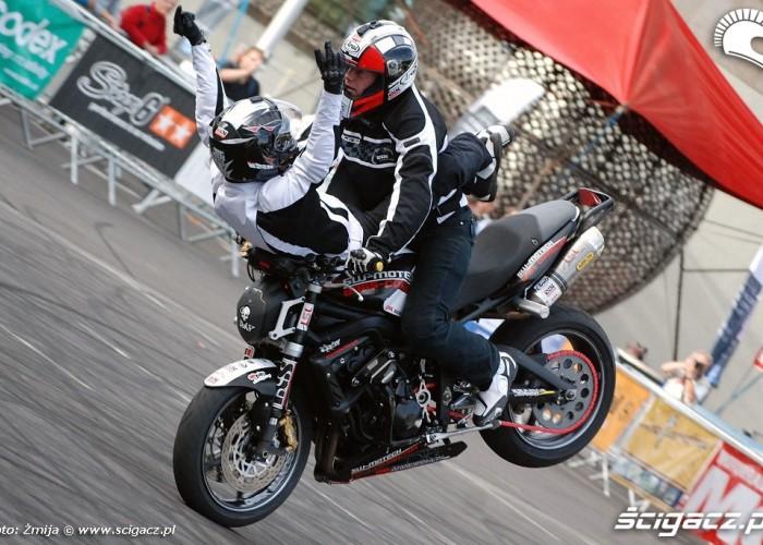Stunt jazda na motocyklu z dziewczyna