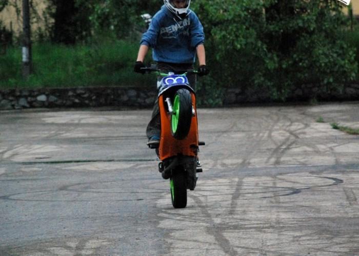 stunt na skuterze