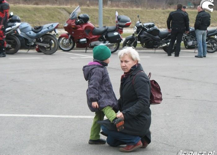 mlodsi i starsi zainteresowani motocyklami