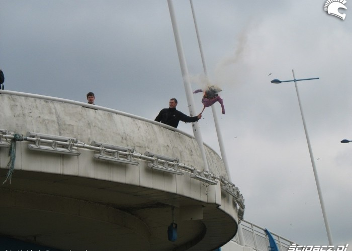 palenie marzanny zrzut z mostu rzeszow 2011