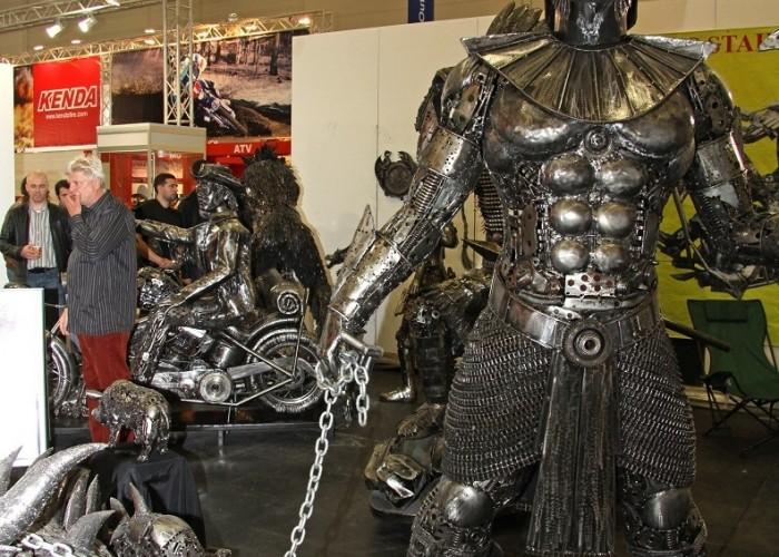 metalowe rzezby Osobliwosci na Intermot 2010