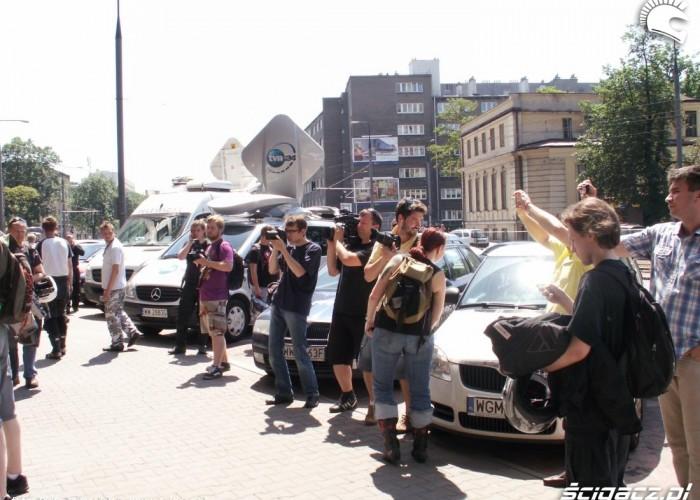 fotoreporterzy i wozy telewizyjne protest przeciwko oplatom na autostradach