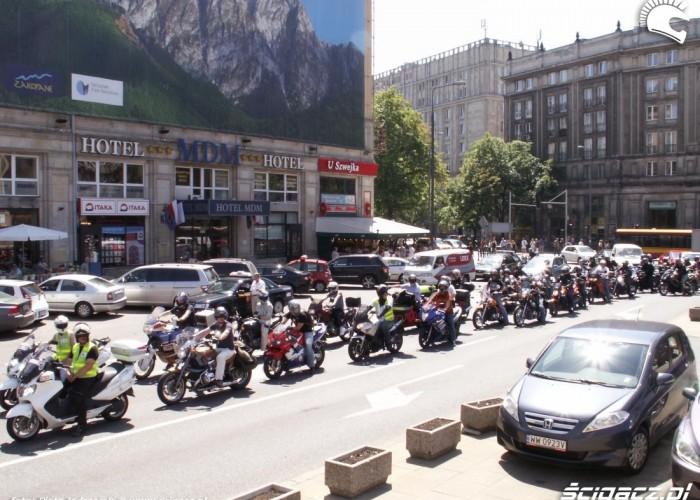 parada eskortowana przez policje protest przeciwko oplatom na autostradach