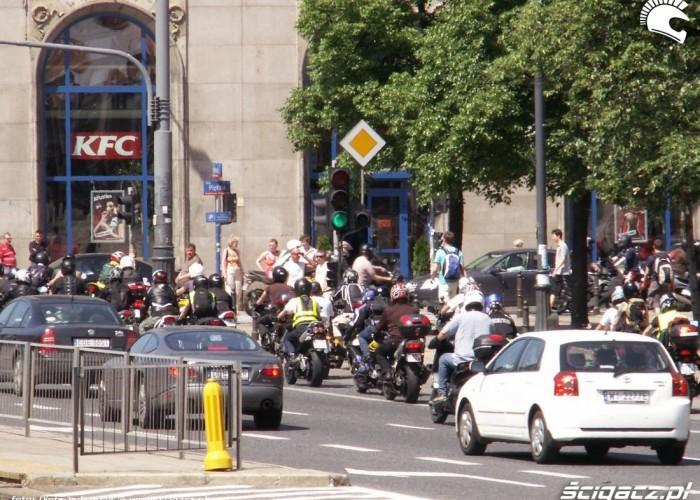 parada skreca w piekna protest przeciwko oplatom na autostradach