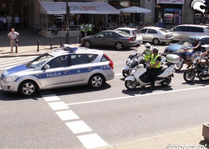 policja eskortuje motocyklistow protest przeciwko oplatom na autostradach