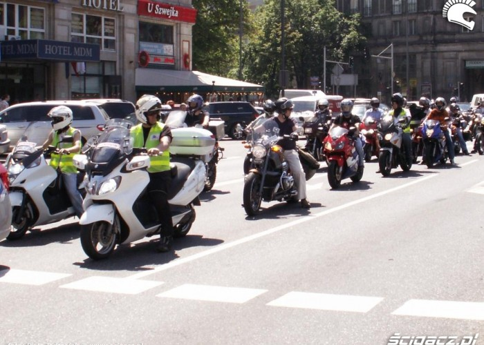 policja na skuterach protest przeciwko oplatom na autostradach