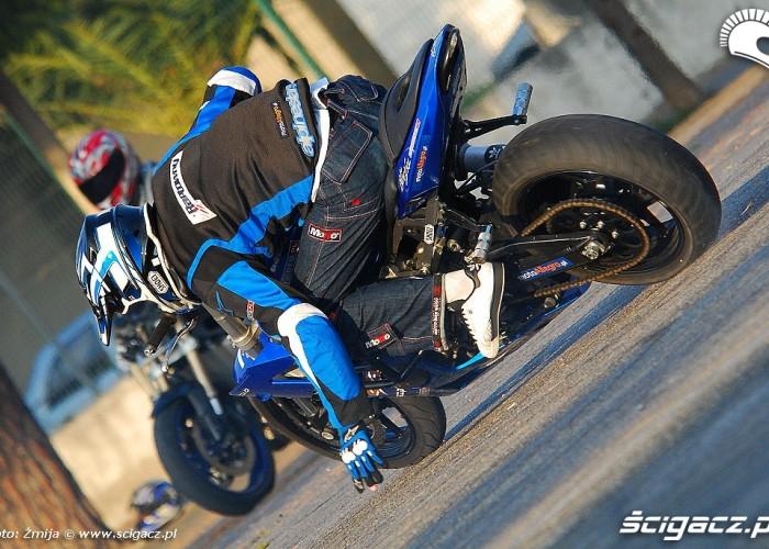 Raptowny stunt trening na parkingu