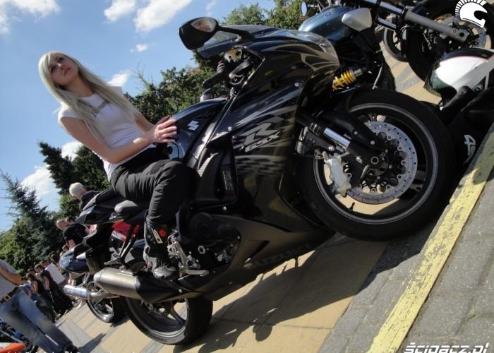 GSX R 600 L1 z blondynka motocyklistka