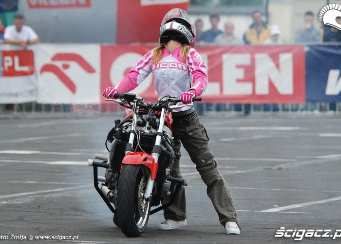 Ewa Pieniakowska dziewczyna na motocyklu
