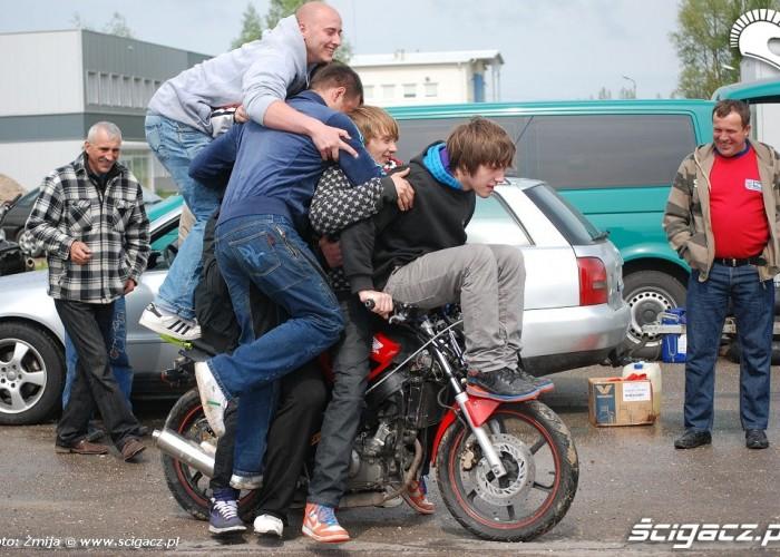 Ile osob zmiesci sie na motocyklu