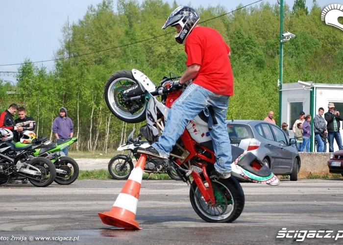 Jazda motocyklem wokol pacholkow