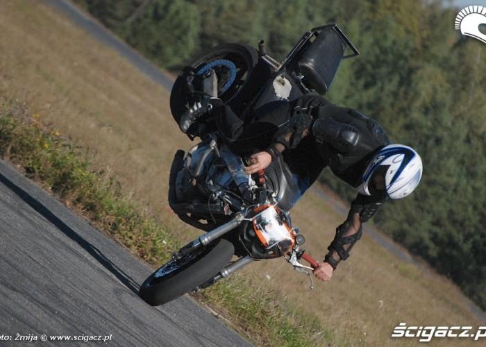 AC Sledz stunt trening na lotnisku
