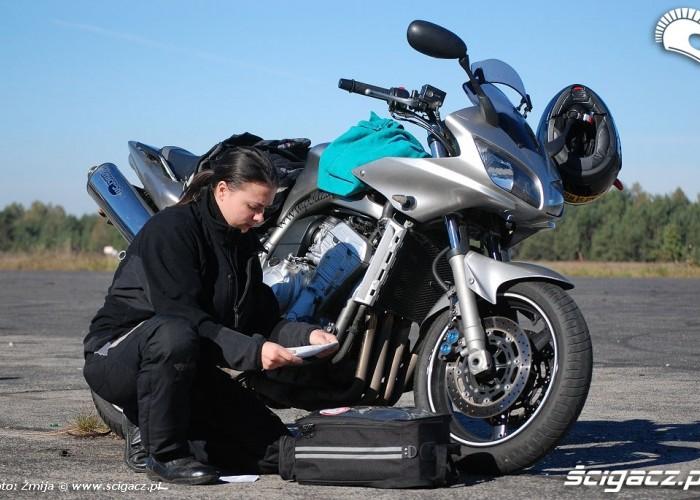 Dominika przy motocyklu