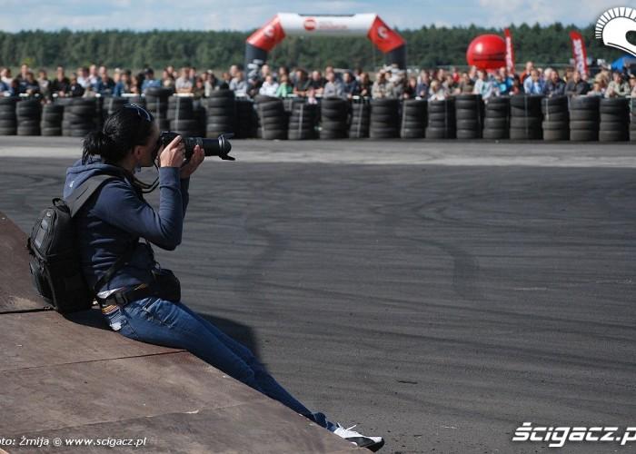Dziewczyna fotografujaca drift