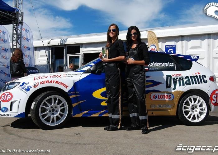Dziewczyny i samochod rajdowy