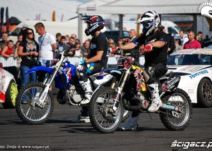 Motocykle do fmxu przed pokazem