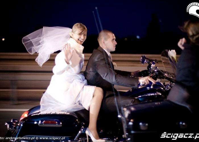 Panna mloda na motocyklu Triumph