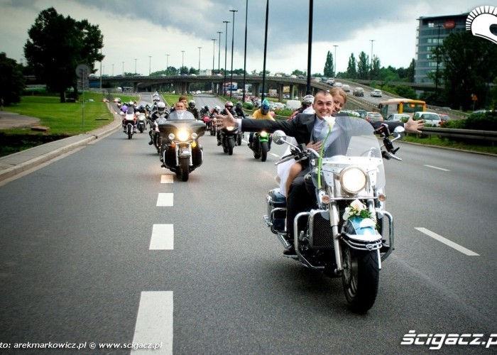 Para mloda i motocyllowa obstawa slubu