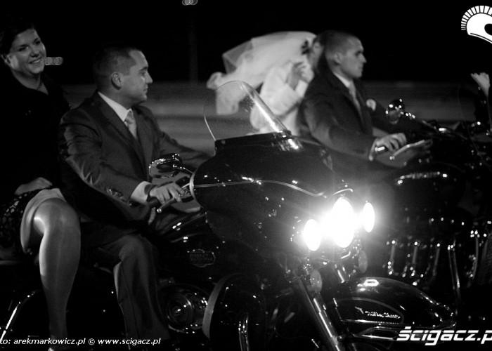 Para mloda i swiadkowie na motocyklach