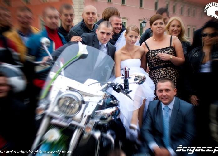 Slub na motocyklu para mloda swiadkowie