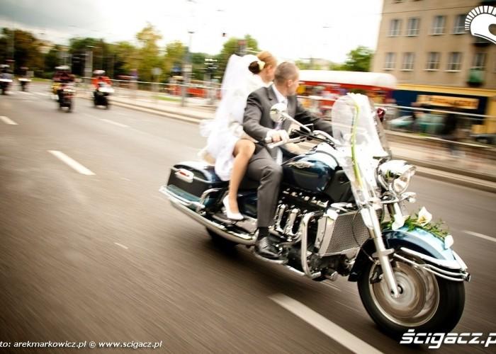 W drodze motocyklem na slub
